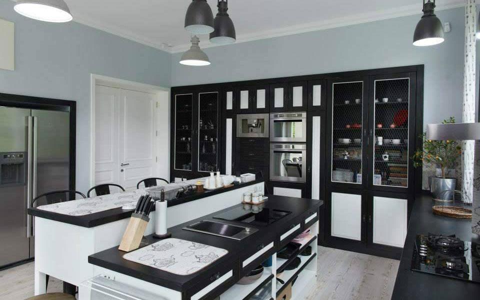bucatarie din lemn in alb si negru