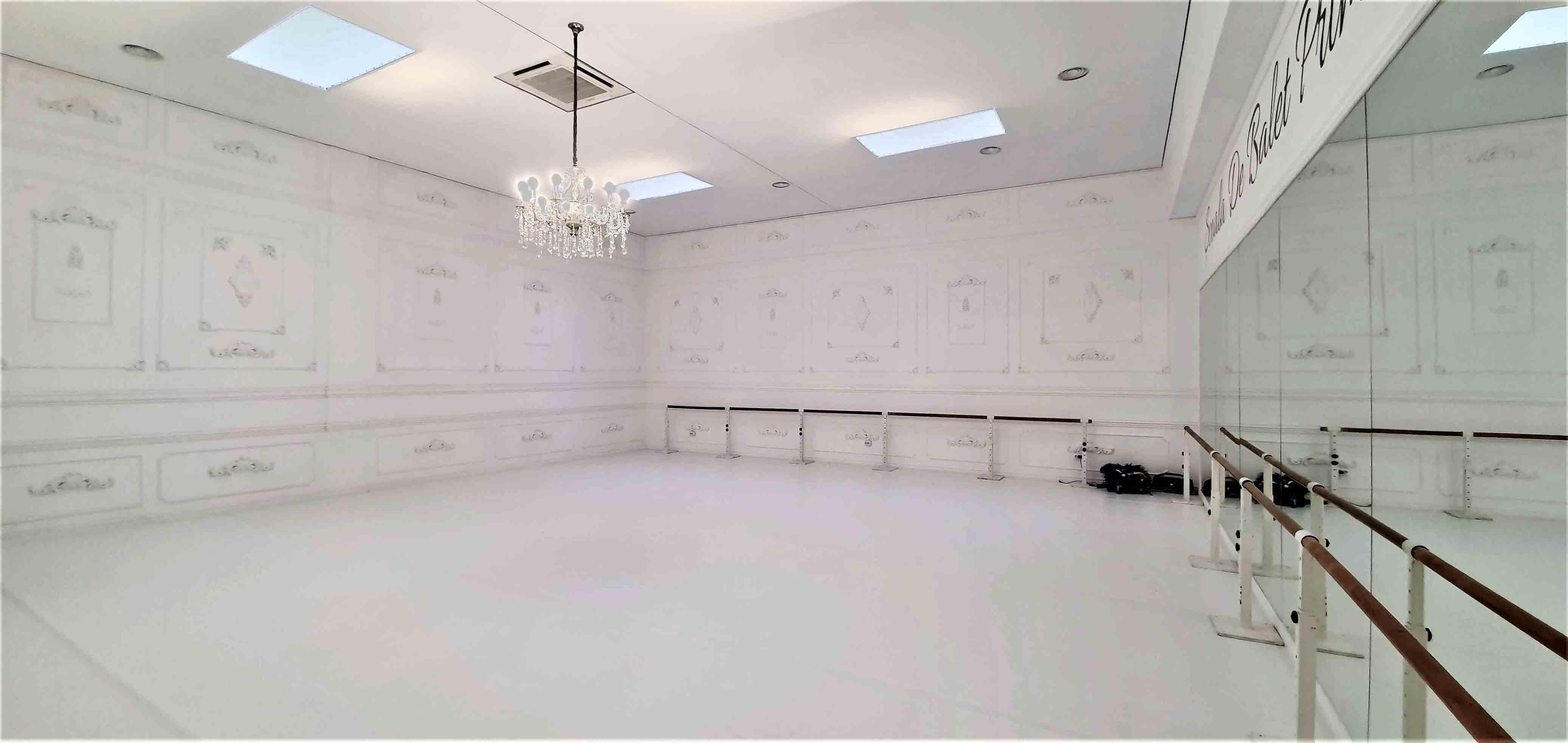 tavan alb sala de balet